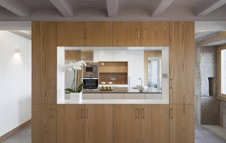 Vivienda tradicional en Moscoso: Cocinas de estilo  de LIQE arquitectura