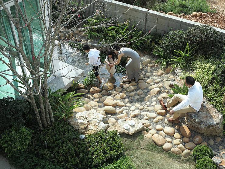 白色鋼構木屋:  組合屋 by 大桓設計顧問有限公司