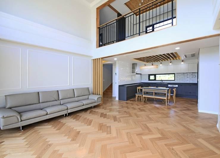거실: 하우스톡의  거실