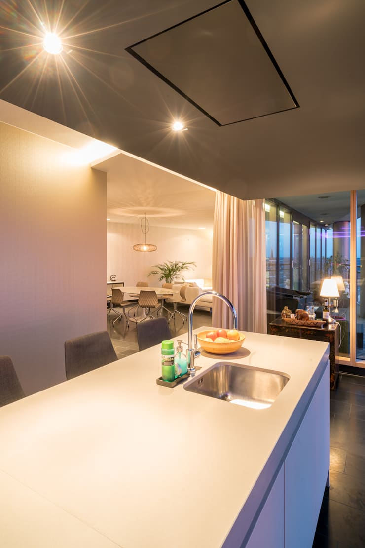 Penthouse:  Keuken door B-TOO, Modern