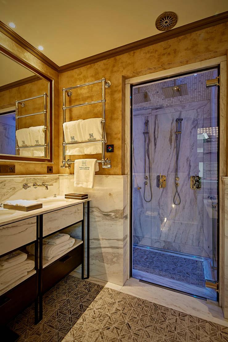 Moderne Cleopatra douchecabine:  Badkamer door Cleopatra BV, Modern Glas