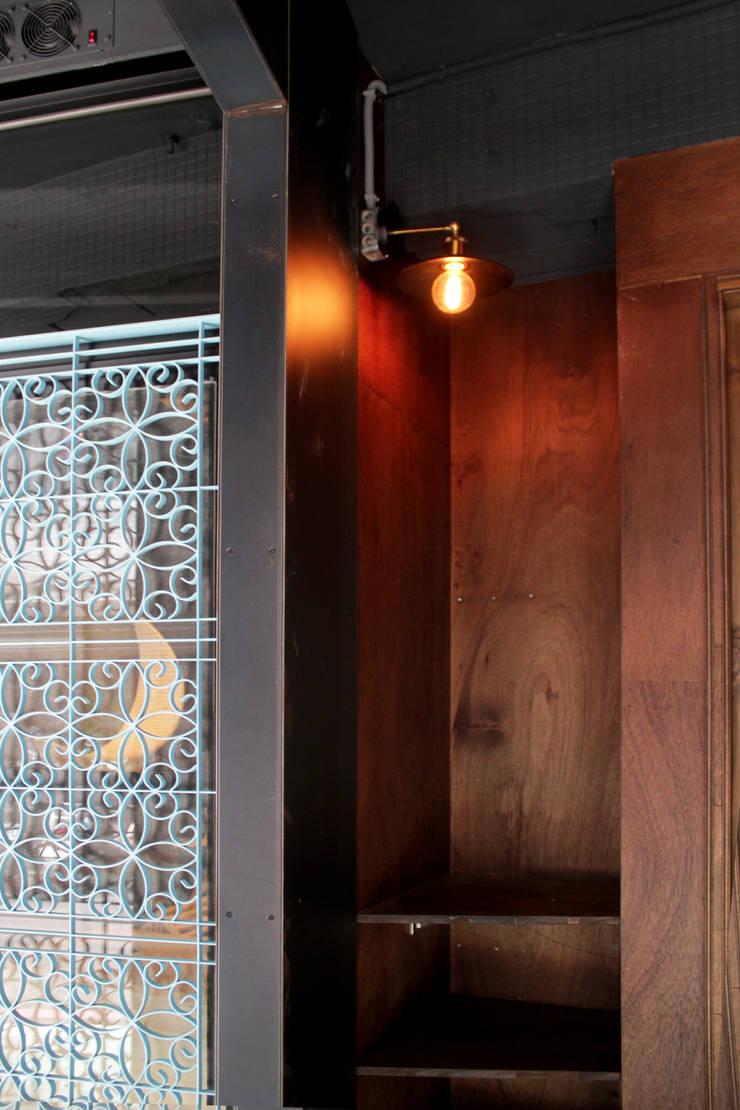 大門細部:  窗戶與門 by 湜湜空間設計