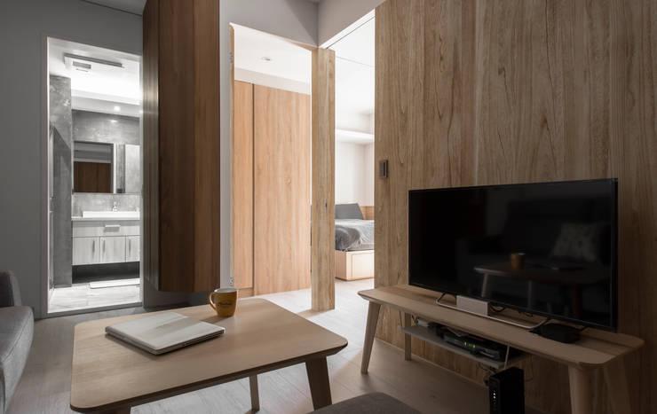 Living / bedroom :  客廳 by 湜湜空間設計