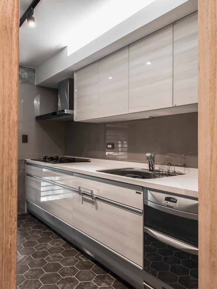 kitchen:  系統廚具 by 湜湜空間設計