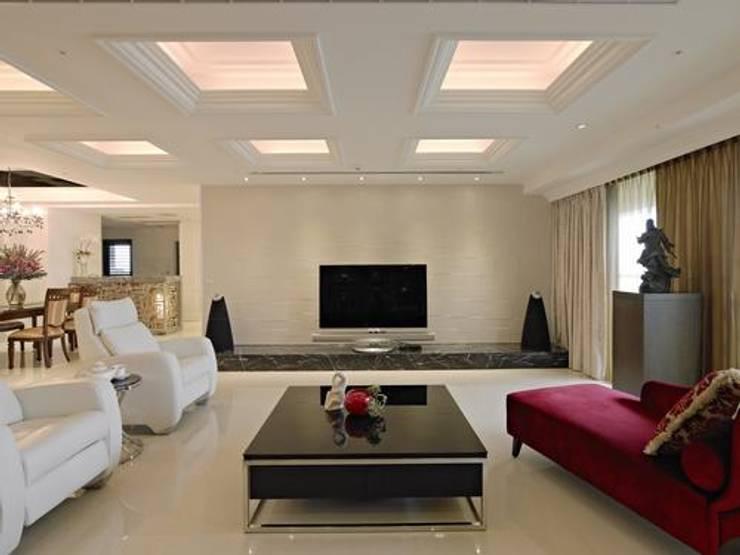 客廳電視牆:  客廳 by 龐比度空間規劃
