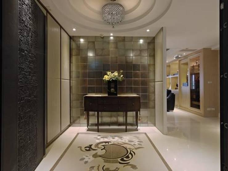 玄關:  玄關、走廊與階梯 by 龐比度空間規劃