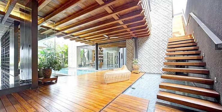Dempo Rumah Batik:  Ruang Keluarga by Jati and Teak