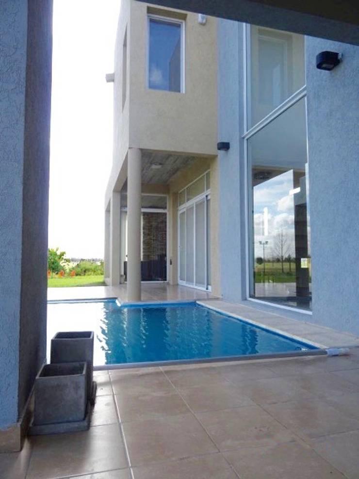 Dise o y construcci n de casa minimalista en san vicente for Casa minimalista vidriada