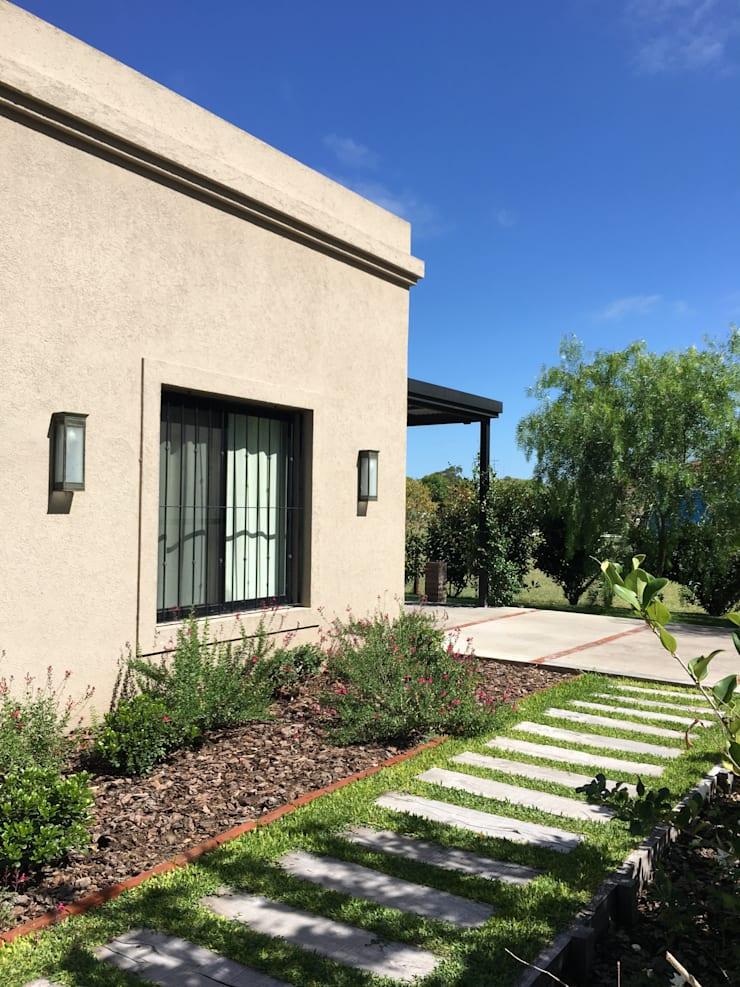Casa clásica frente: Casas unifamiliares de estilo  por Estudio Dillon Terzaghi Arquitectura - Pilar
