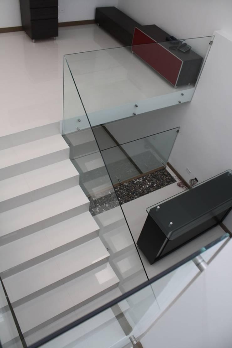 CASA ARIAS: Escaleras de estilo  por RIVAL Arquitectos  S.A.S.