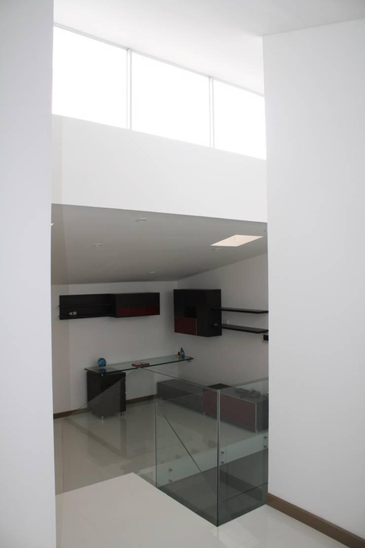 CASA ARIAS: Estudios y despachos de estilo  por RIVAL Arquitectos  S.A.S.