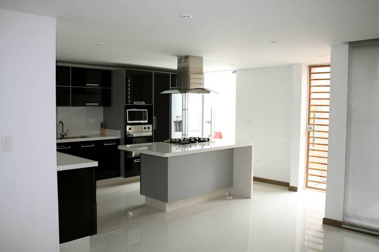 CASA ARIAS: Cocinas de estilo moderno por RIVAL Arquitectos  S.A.S.