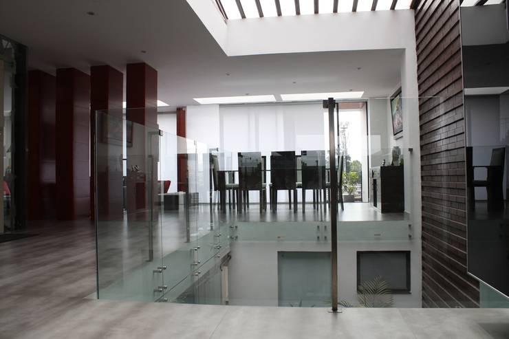 vestibulo : Pasillos y vestíbulos de estilo  por RIVAL Arquitectos  S.A.S.
