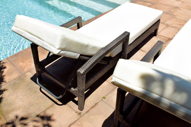 Reposera Rattan Negro Mixto con Brazo: Jardín de estilo  por Afuera Diseño