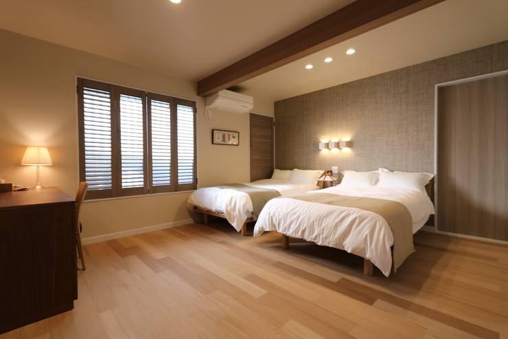 オイルフィニッシュの床: 株式会社井蛙コレクションズが手掛けた寝室です。