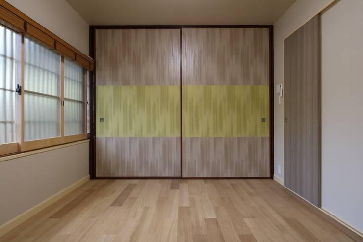 伝統とモダンの融合した京都の別荘: 株式会社井蛙コレクションズが手掛けた書斎です。