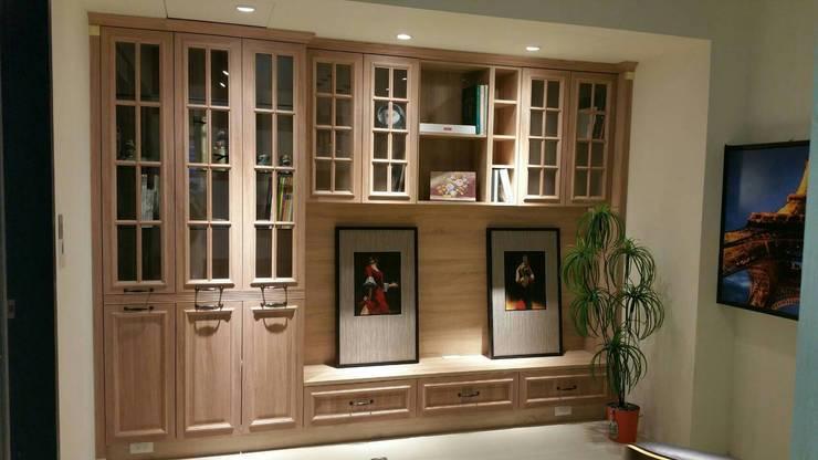 電視櫃:  客廳 by 龐比度空間規劃