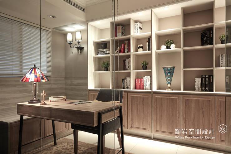 Studio in stile  di 顥岩空間設計