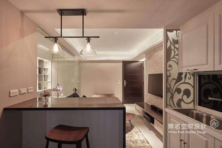 Sala da pranzo in stile  di 顥岩空間設計