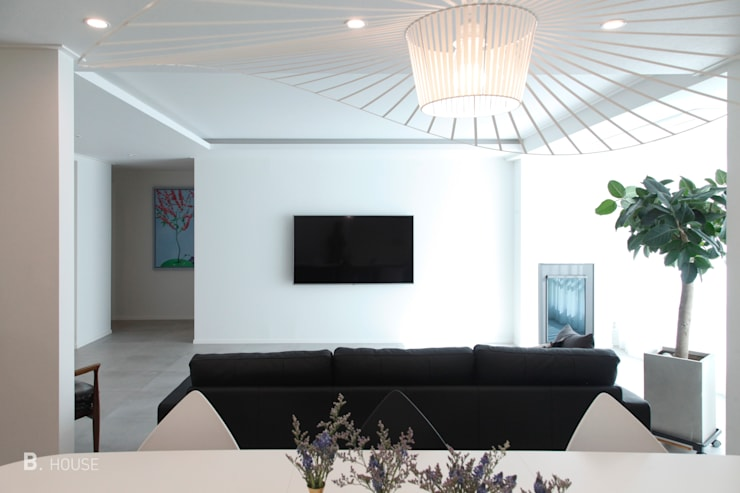Modern Living room: B house 비하우스의  거실