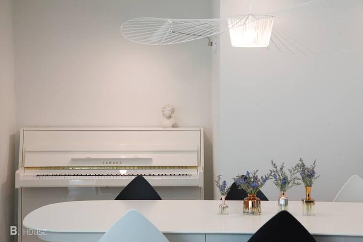 Pure White in Dining room: B house 비하우스의  다이닝 룸