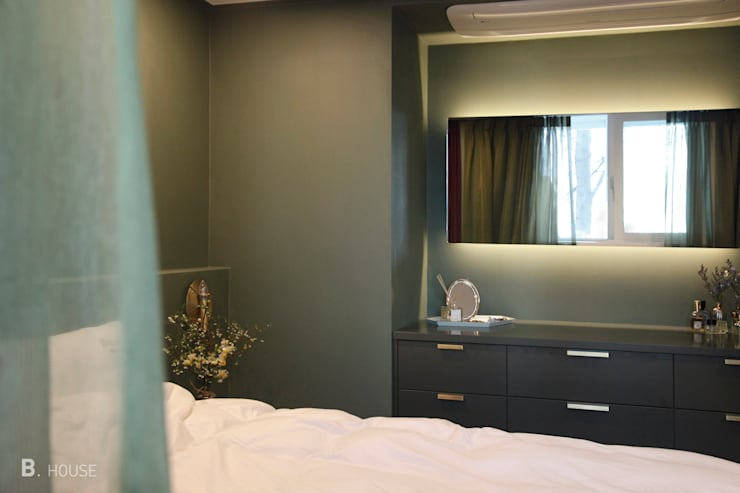 Deep green Bed room: B house 비하우스의  침실