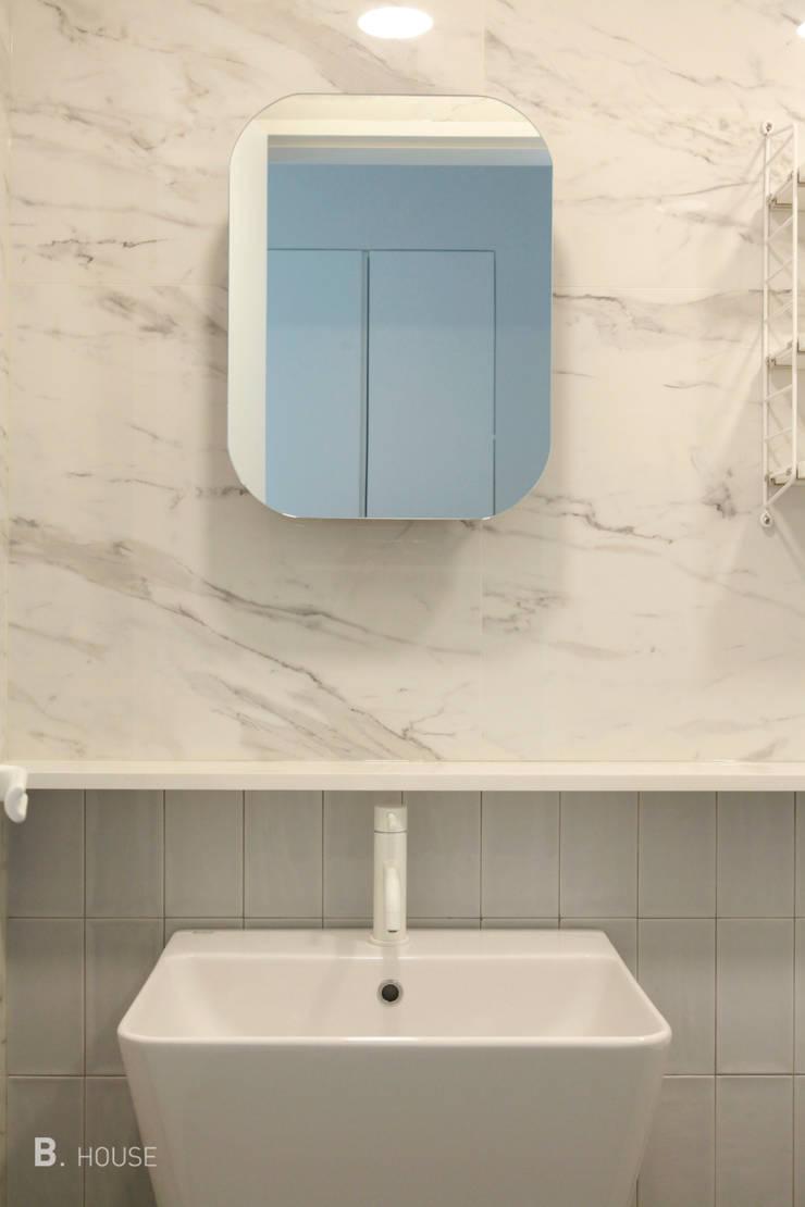 White Icy Bathroom: B house 비하우스의  욕실