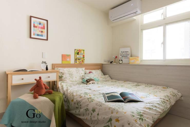 台北中和W宅:  臥室 by 秐果設計