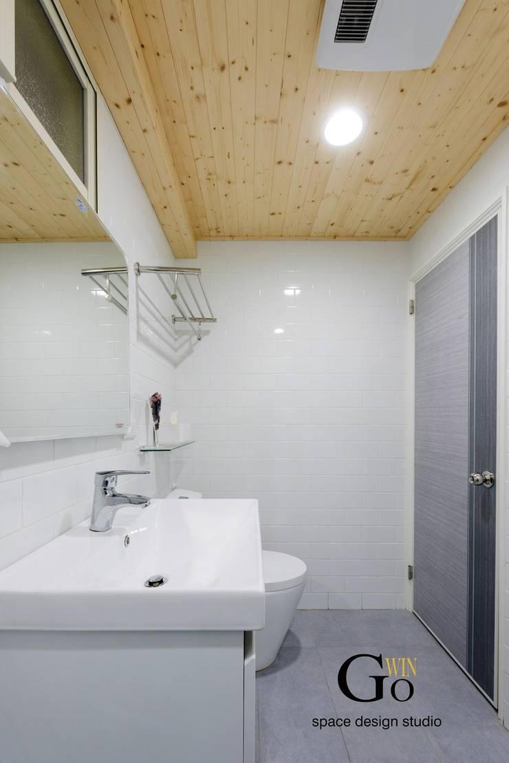 台北中和W宅:  浴室 by 秐果設計