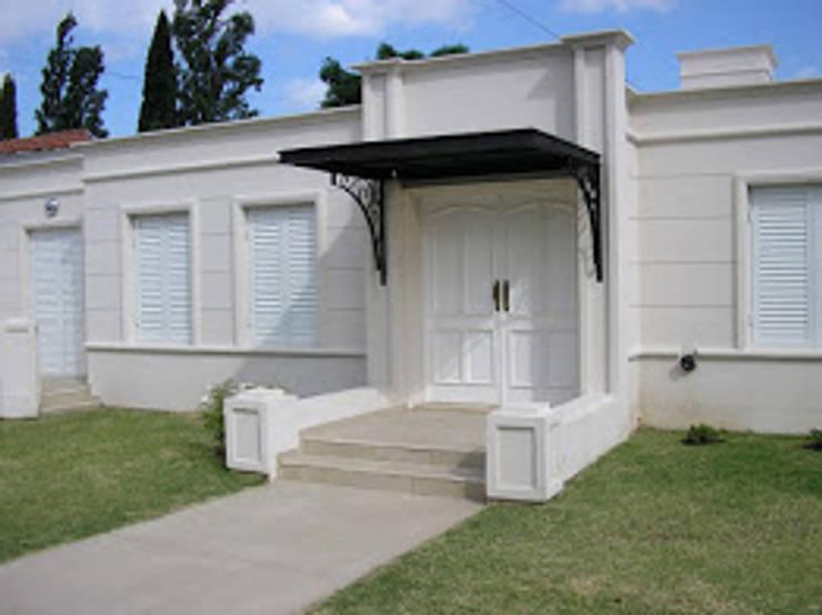 CASA EN BARRIO CERRO DE LAS ROSAS , CORDOBA , ARGENTINA: Casas multifamiliares de estilo  por arq5912  Arquitectura y Construcción,