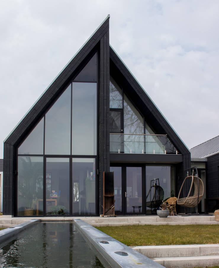 achtergevel:  Villa door Nico Dekker Ontwerp & Bouwkunde, Modern Glas