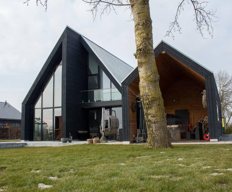 achterzijde veranda:  Villa door Nico Dekker Ontwerp & Bouwkunde, Minimalistisch Hout Hout