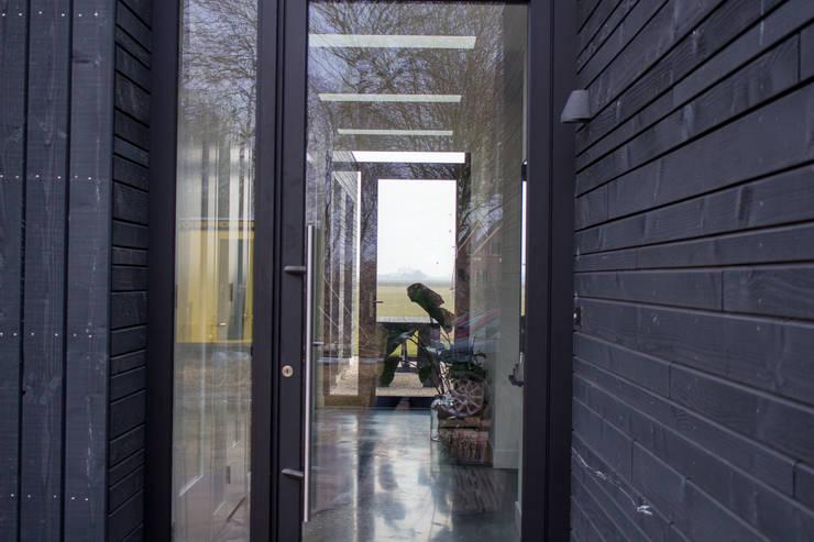 hal:  Villa door Nico Dekker Ontwerp & Bouwkunde, Minimalistisch Hout Hout