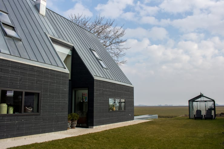 zijgevel:  Villa door Nico Dekker Ontwerp & Bouwkunde, Minimalistisch Aluminium / Zink