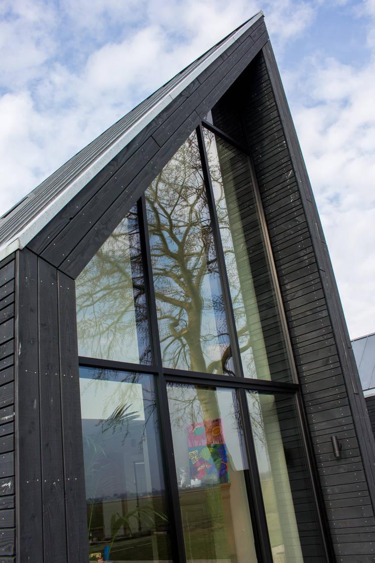 achterpui:  Houten huis door Nico Dekker Ontwerp & Bouwkunde, Minimalistisch Glas