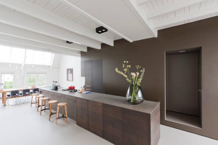 luxe maisonette in de Pijp - Bas Vogelpoel Architecten Amsterdam:  Keukenblokken door Bas Vogelpoel Architecten