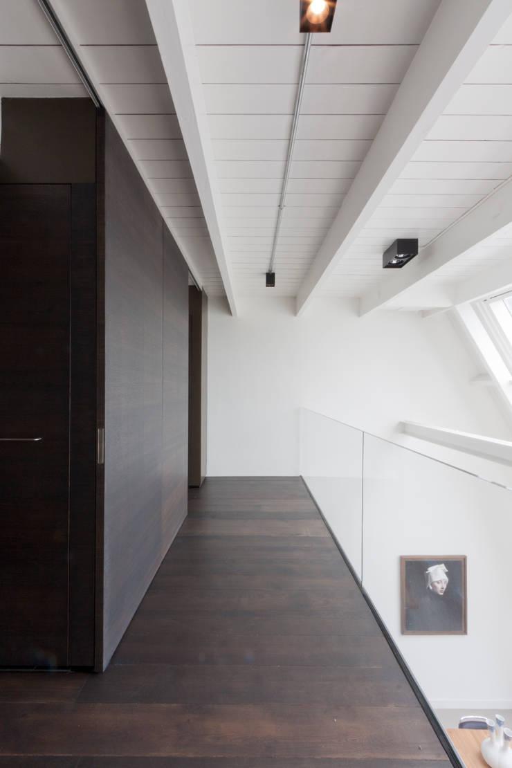 luxe maisonette in de Pijp - Bas Vogelpoel Architecten Amsterdam:  Gang en hal door Bas Vogelpoel Architecten
