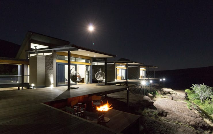 Fire pit:  Houses by Hugo Hamity Architects