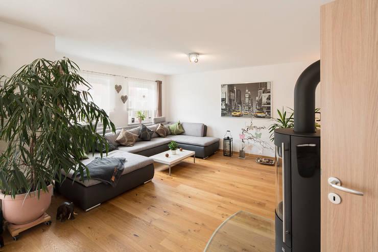 Stadtvilla MEDLEY 310 B - Wie eine große Familie:  Wohnzimmer von FingerHaus GmbH - Bauunternehmen in Frankenberg (Eder)
