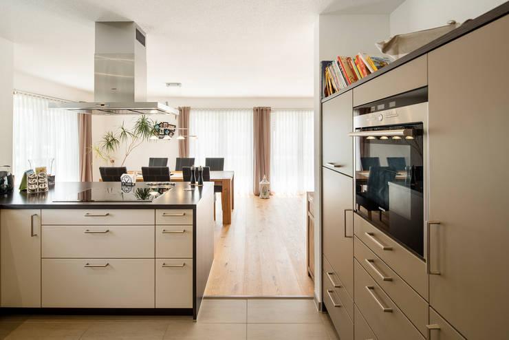 Stadtvilla MEDLEY 310 B - Wie eine große Familie:  Einbauküche von FingerHaus GmbH - Bauunternehmen in Frankenberg (Eder)