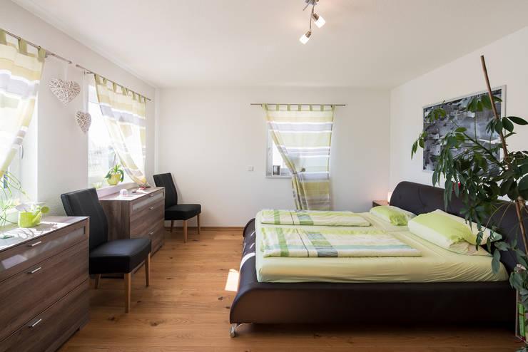 Stadtvilla MEDLEY 310 B - Wie eine große Familie:  Schlafzimmer von FingerHaus GmbH - Bauunternehmen in Frankenberg (Eder)