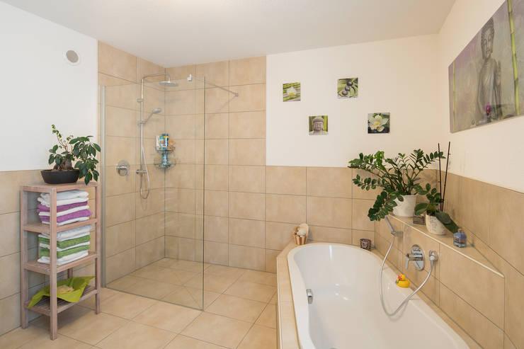 Stadtvilla MEDLEY 310 B - Wie eine große Familie:  Badezimmer von FingerHaus GmbH - Bauunternehmen in Frankenberg (Eder)