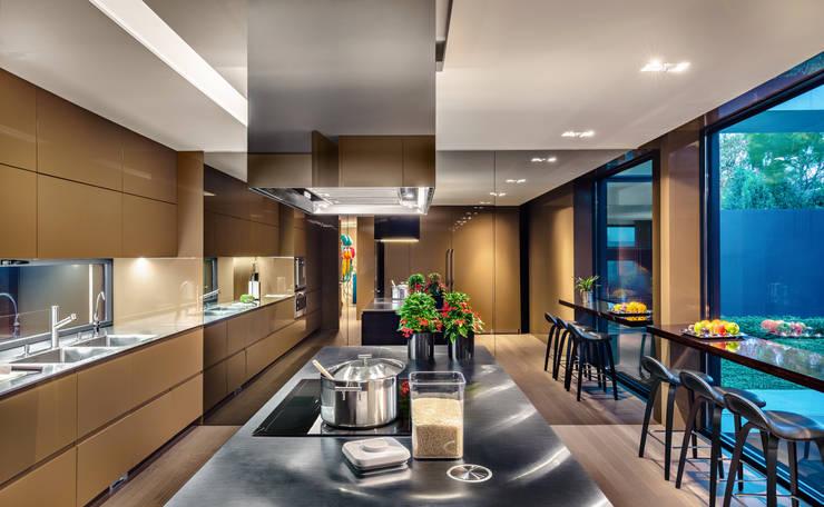 Cocinas de estilo moderno por OITOEMPONTO
