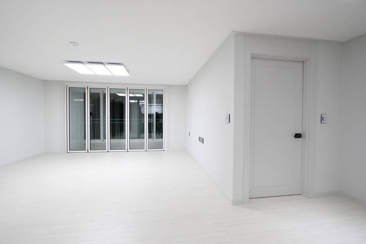 한 인테리어 베스트타운 아파트: 한 인테리어 디자인의  거실