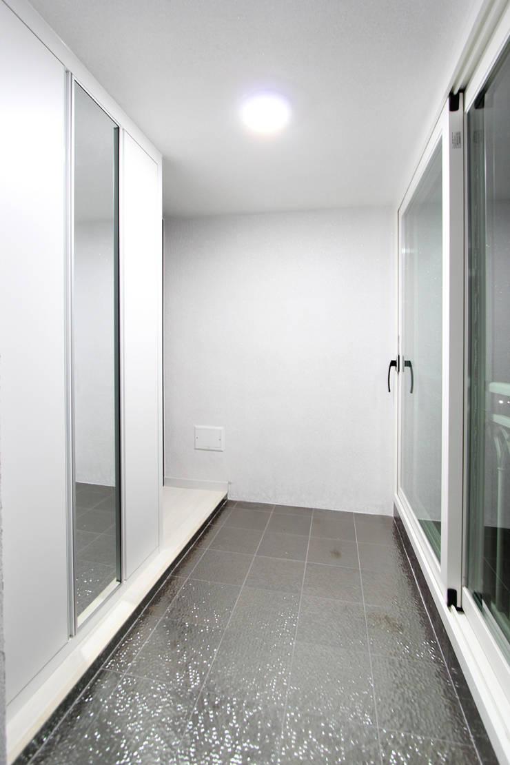 한 인테리어 베스트타운 아파트: 한 인테리어 디자인의  복도 & 현관