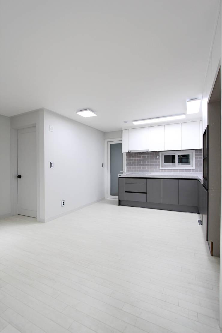 한 인테리어 베스트타운 아파트: 한 인테리어 디자인의  주방