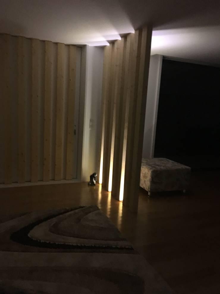 Casa moderna: Corredor, hall e escadas  por Fernando carvalho