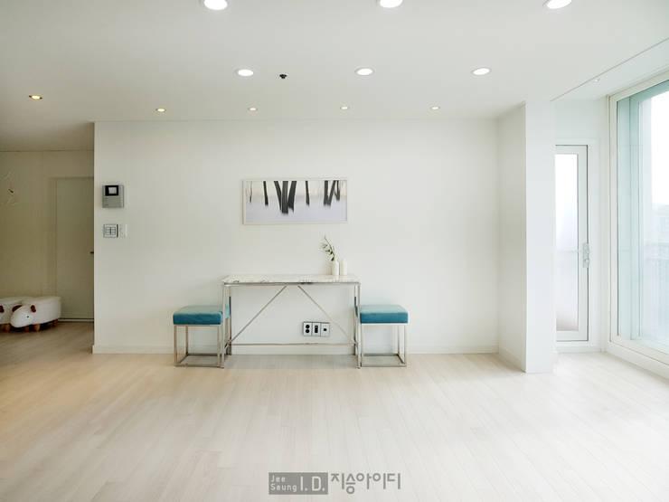 미니멀, 트렌디하게 향촌현대 4차아파트 32평: 지승아이디의  거실