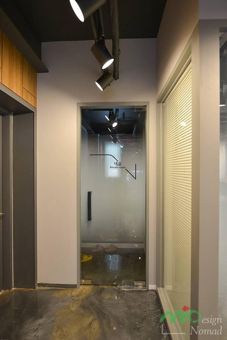 Porte interne in stile  di 노마드디자인 / Nomad design