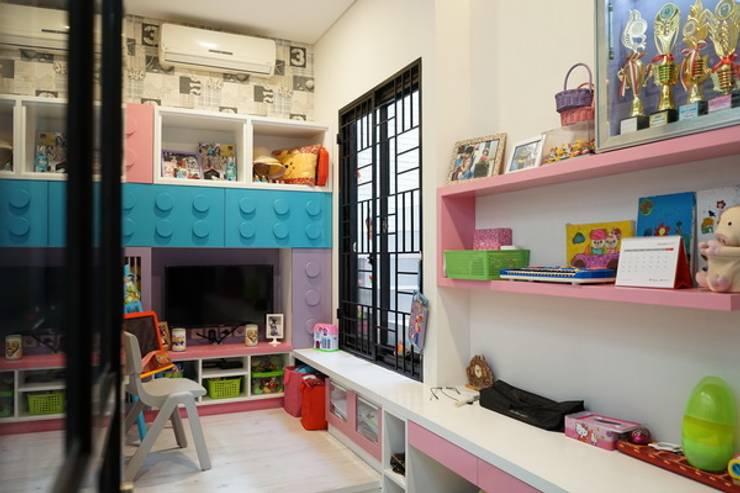 Kids Playroom:  Nursery/kid's room by Cendana Living